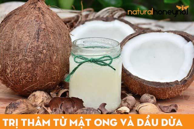 Sử dụng cùi dừa đun sôi ép ra dầu và trộn với mật ong để làm son dưỡng