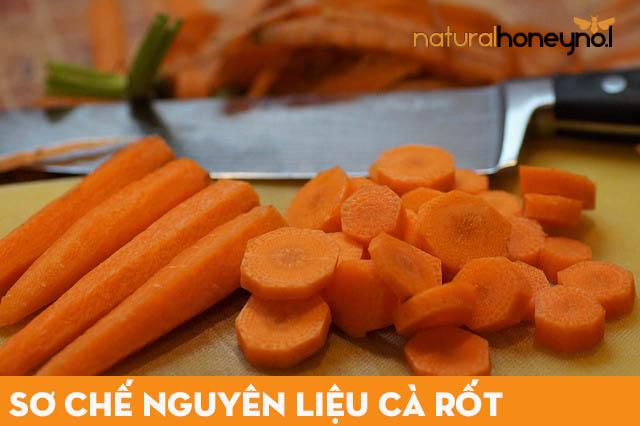 Cà rốt bạn đem gọt vỏ, rửa sạch để ráo rồi thái khúc cho dễ ép
