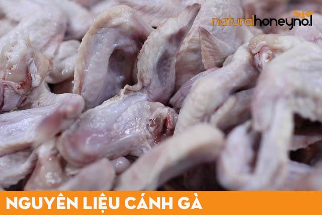 Lựa chọn những cánh gà tươi, ngon, sạch và nhiều thịt, nên mua tại những cơ sở uy tín.