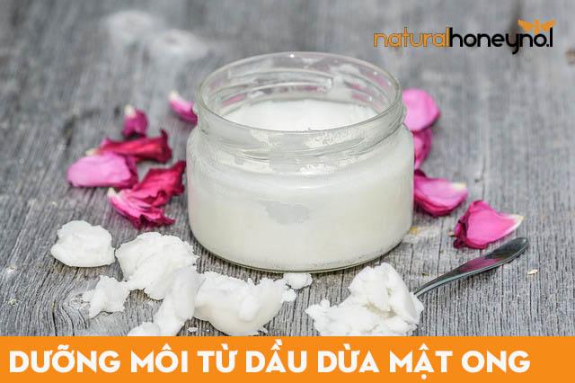 Sử dụng son dưỡng môi làm từ mật ong kết hợp với dầu dừa để trị thâm môi, dưỡng môi mềm mịn