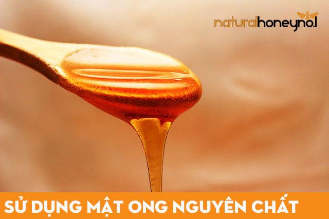 Mật ong thiên nhiên nguyên chất có màu vàng sậm, độ sánh tự nhiên, không bị ngọt kháy.