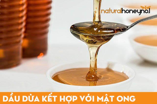 Sử dụng dầu dừa kết hợp với mật ong để ủ tóc cho bạn một mái tóc mềm mại, mượt mà.