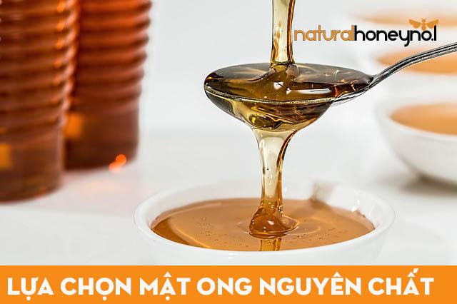 Mật ong nguyên chất thường có màu vàng sậm, vị đặc trưng, độ sánh nhất định và không bị ngọt kháy