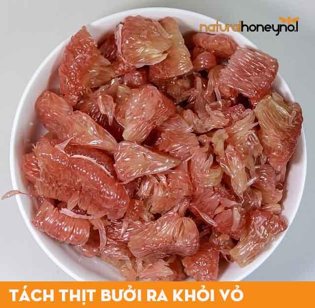 Tách sạch thịt bưởi ra khỏi vỏ để tránh cho món ăn khi nấu xong bị đắng